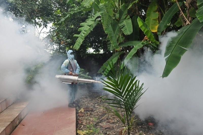 500 hộ dân huyện Quốc Oai được phun hóa chất diệt muỗi