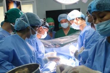 Lần đầu tiên Việt Nam thực hiện ca mở ngực sử dụng máy tim-phổi nhân tạo