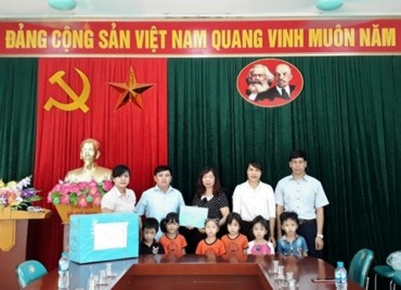 Thăm, tặng quà cô trò Trường Mầm non xã Nam Phương Tiến