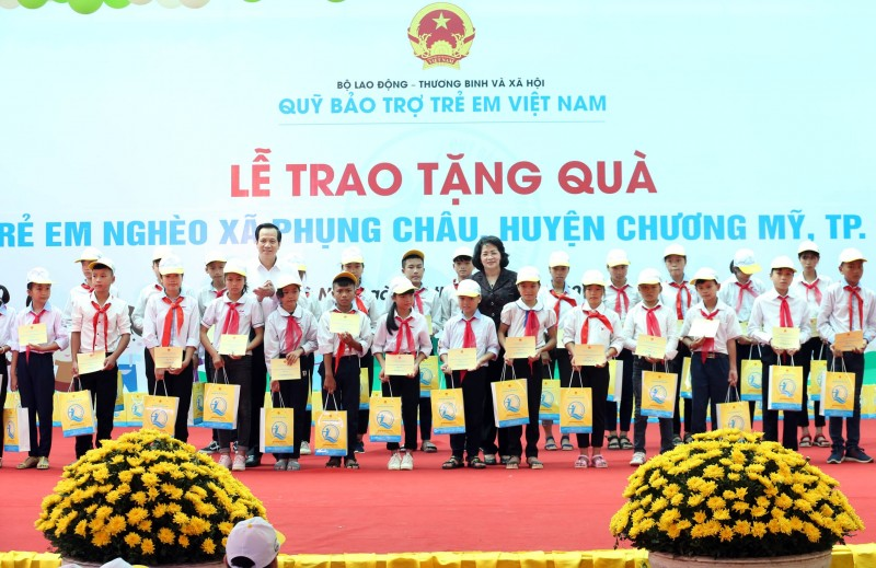 Phó Chủ tịch nước Đặng Thị Ngọc Thịnh tặng quà trẻ em huyện Chương Mỹ