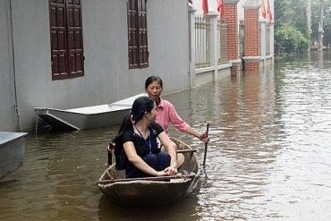 Trưởng ban công tác mặt trận tích cực chuyển hàng hỗ trợ bà con vùng ngập
