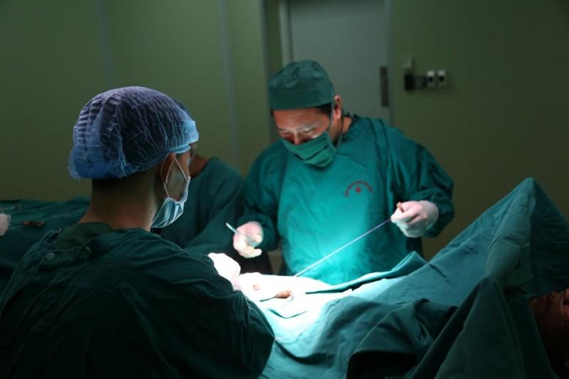 Phẫu thuật tạo hình cho bệnh nhân 10 năm bí tiểu do hẹp niệu đạo