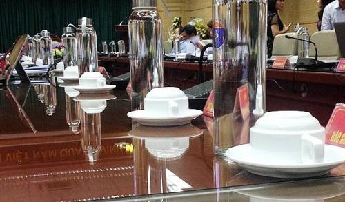 Ngành Y tế Hà Nội: Nói không với chai nước nhựa dùng một lần trong các cuộc họp, hội nghị