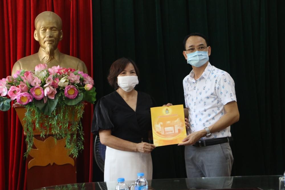 Liên đoàn Lao động Thành phố thăm, tặng quà động viên Trung tâm Y tế huyện Chương Mỹ
