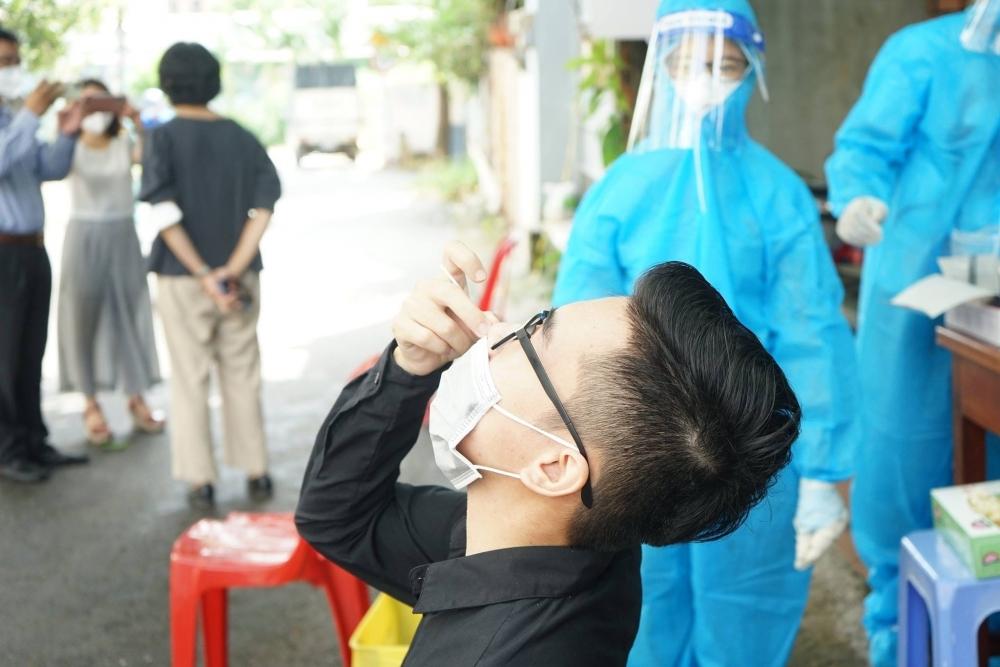 Thứ trưởng Nguyễn Trường Sơn hướng dẫn người dân tự lấy mẫu xét nghiệm Covid- 19