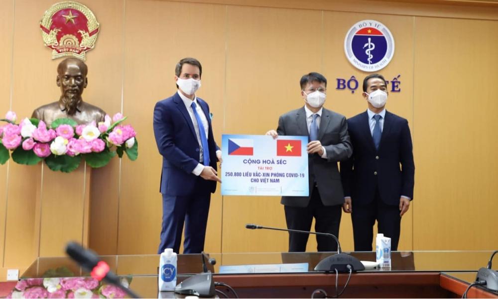 Việt Nam tiếp nhận 250.800 liều vắc xin Covid-19 do Cộng hòa Séc trao tặng