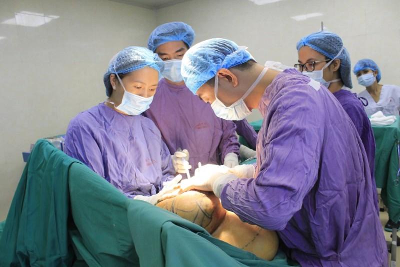 Cắt bỏ khối u và tạo hình ngực cho bệnh nhân vú to bất thường