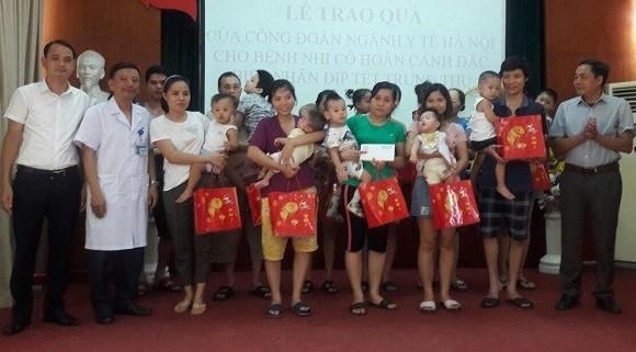 Công đoàn ngành Y tế Hà Nội: Tặng quà trung thu cho trẻ em Làng Hòa Bình