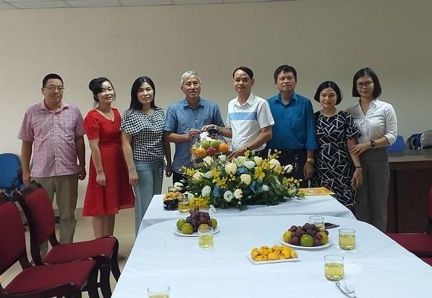 Thăm và tặng quà nhân viên y tế thực hiện công tác phòng chống dịch Covid-19