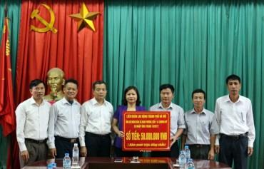 Chủ tịch LĐLĐ Thành phố Nguyễn Thị Tuyến trao quà hỗ trợ người dân bị ảnh hưởng thiên tai