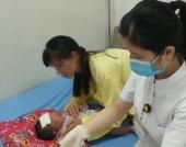 Bé 32 ngày tuổi bị viêm da nặng do gia đình tắm nước lá