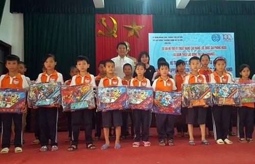 Tặng quà cho 99 trẻ em 2 xã Trung Hòa và Phú Nghĩa
