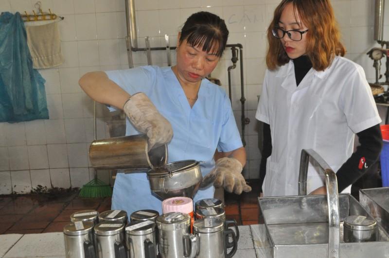 Nữ công nhân sắc thuốc Đông y luôn tận tâm với nghề