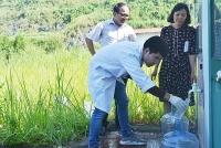 Hà Nội tiếp tục lấy mẫu nước để tiến hành xét nghiệm