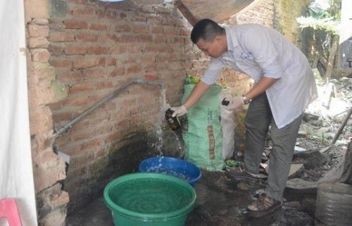 Lấy 5 mẫu nước máy tại huyện Thạch Thất và Quốc Oai để xét nghiệm