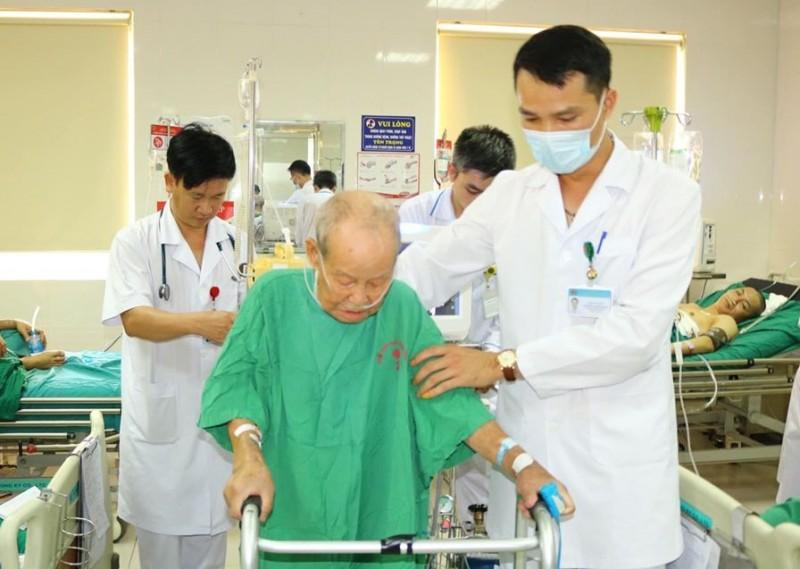 Phẫu thuật nội soi bóc tách màng phổi cho cụ ông 90 tuổi