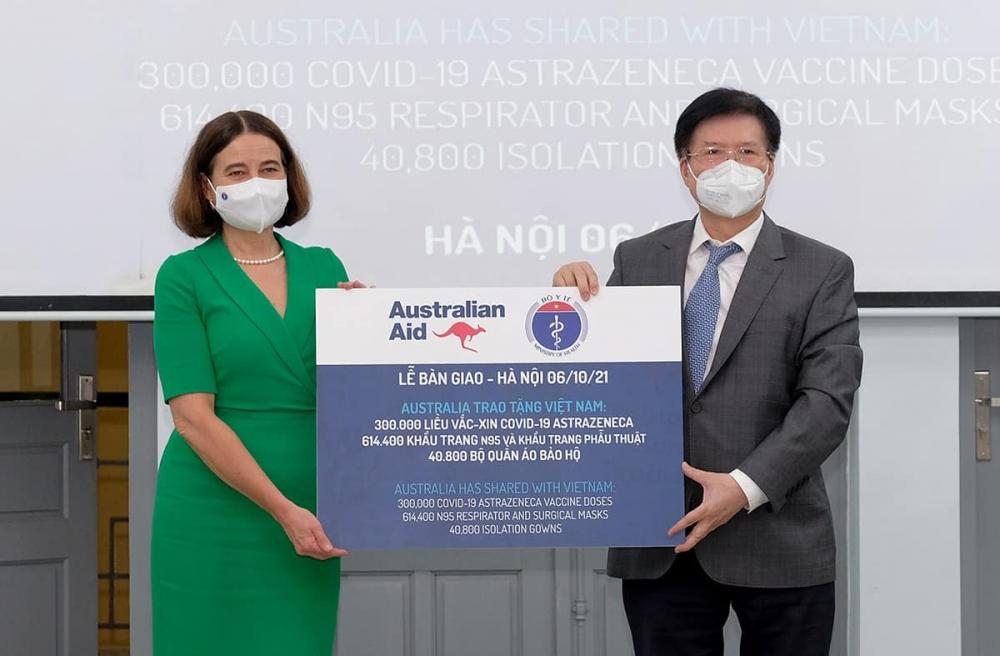 Bộ Y tế tiếp nhận thêm 300.000 liều vắc xin Covid-19 và thiết bị y tế từ Australia