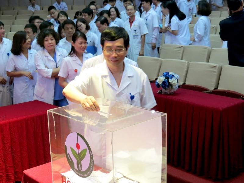 Bệnh viện Hữu nghị Việt Đức ủng hộ gần 300 triệu đồng vì miền Trung ruột thịt