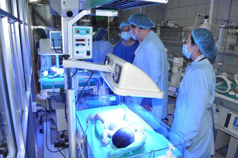 Nỗ lực cứu chữa 3 trẻ sơ sinh chuyển về từ Bệnh viện Sản Nhi Bắc Ninh