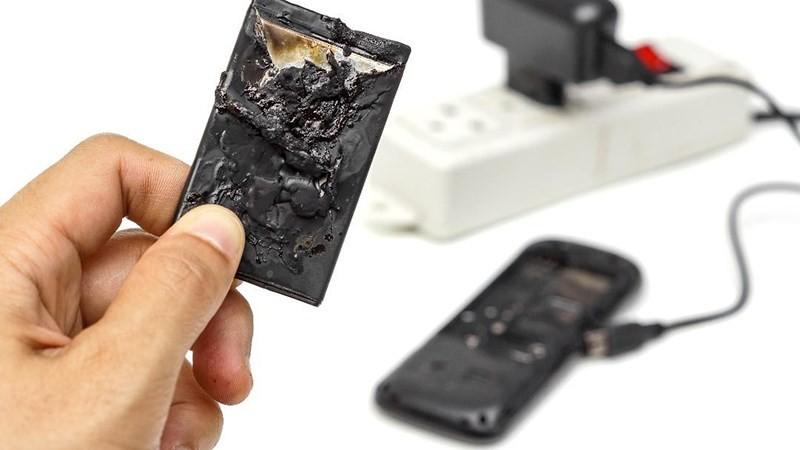 Thêm một trường hợp phải cắt cụt tay do nổ điện thoại trong lúc sạc