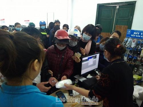Dân Hà Nội đổ xô đi mua khẩu trang vải kháng khuẩn Dệt kim Đông Xuân