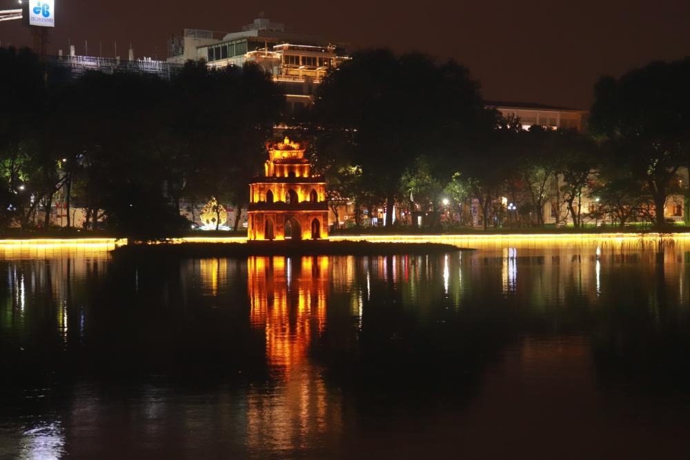 Hồ Gươm rực rỡ sắc màu chào đón Tết Nguyên đán