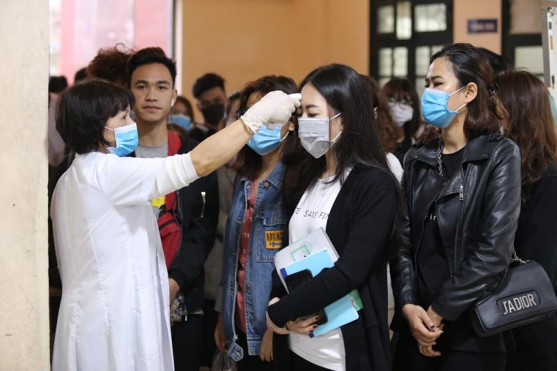 Hà Nội: Hàng nghìn sinh viên được kiểm tra thân nhiệt trước khi vào giảng đường