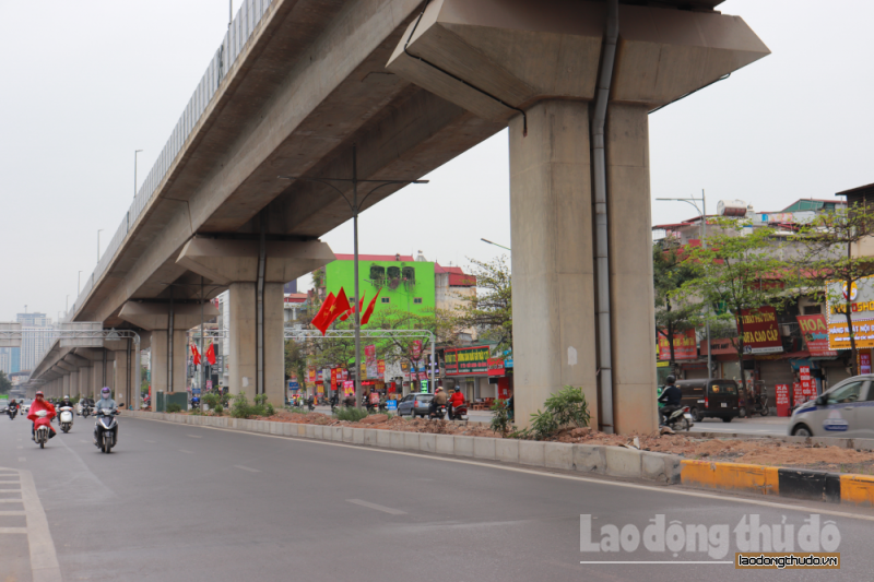 Tái diễn tình trạng tập kết rác dưới chân đường sắt Cát Linh – Hà Đông