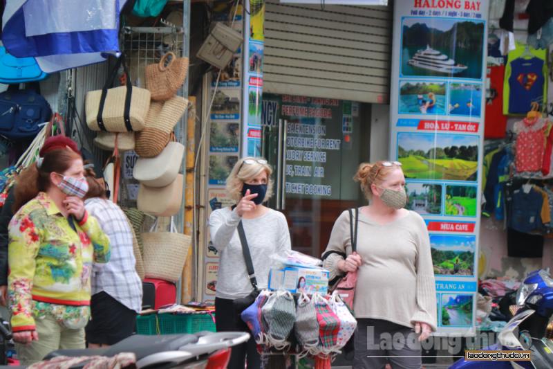 Du khách nước ngoài đã ý thức hơn về việc đeo khẩu trang phòng dịch Covid-19