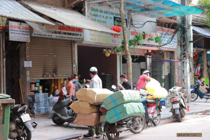Một số cửa hàng vẫn mở bán bất chấp quy định của Thành phố