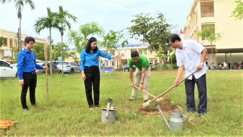 Công nhân viên chức lao động huyện Ứng Hòa hưởng ứng trồng một triệu cây xanh