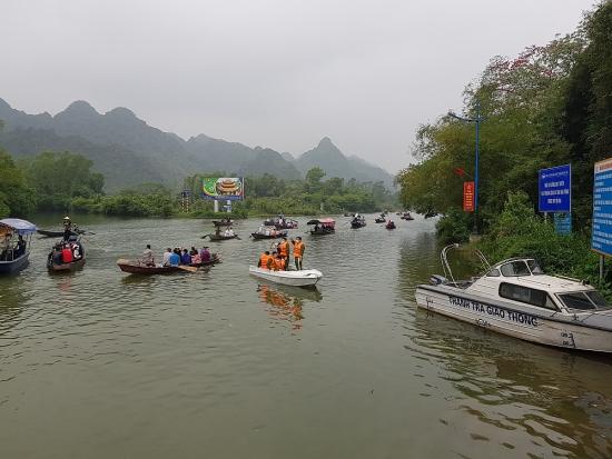 Chùa Hương đón gần 10 vạn du khách sau 1 tuần mở cửa trở lại
