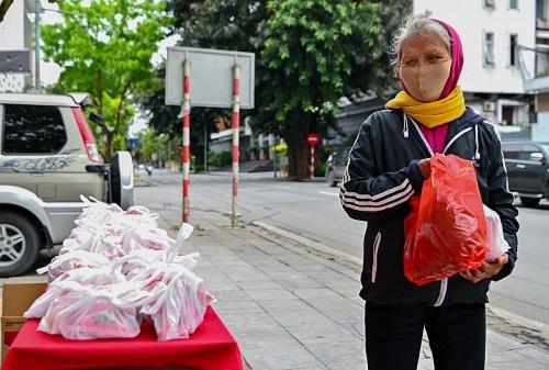Người có hoàn cảnh khó khăn ấm lòng từ những gói thực phẩm miễn phí trong mùa dịch