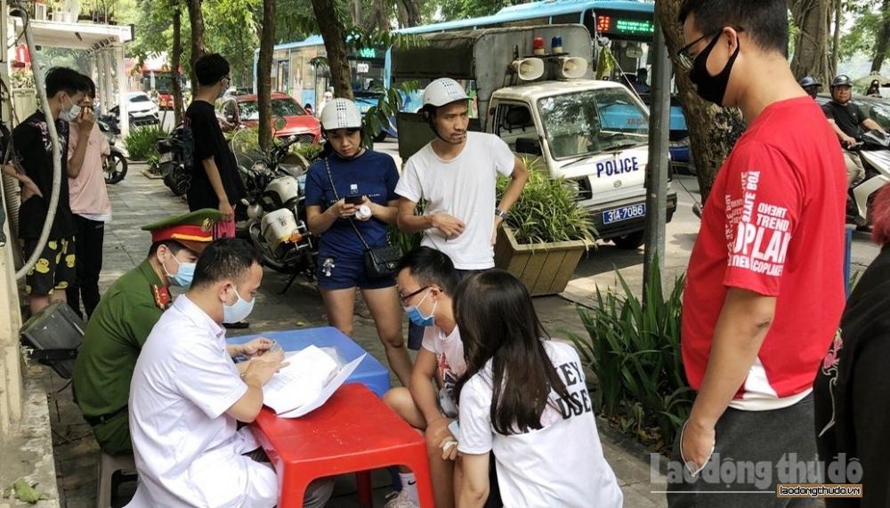 Hà Nội: Xử phạt 8 trường hợp không đeo khẩu trang tại khu vực hồ Hoàn Kiếm