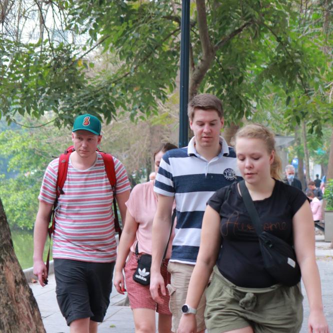 Hà Nội: Xử phạt 4 người nước ngoài không đeo khẩu trang nơi công cộng