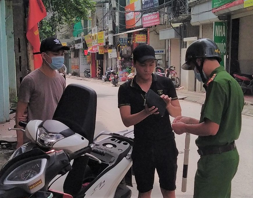 Ứng Hòa: Xử phạt 12 trường hợp không đeo khẩu trang nơi công cộng
