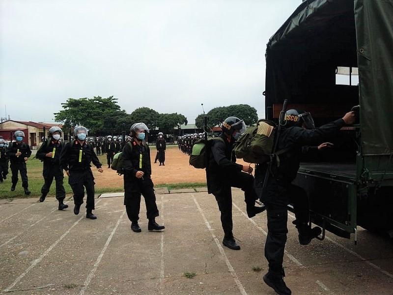 Gần 300 cảnh sát cơ động lên đường hỗ trợ tỉnh Bắc Giang phòng, chống dịch Covid-19