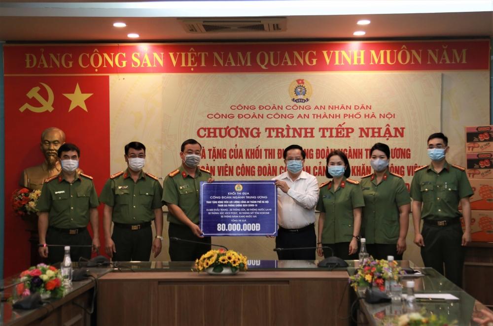 Trao quà hỗ trợ đoàn viên công đoàn lực lượng Công an thành phố Hà Nội
