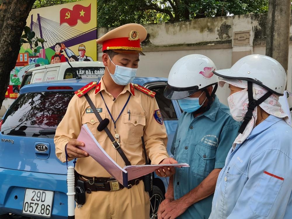 Hà Nội: Cảnh sát giao thông xử phạt nhiều trường hợp không đeo khẩu trang nơi công cộng
