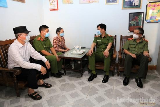 Lãnh đạo Bộ Công an động viên, thăm hỏi hai chiến sĩ Công an Hà Nội