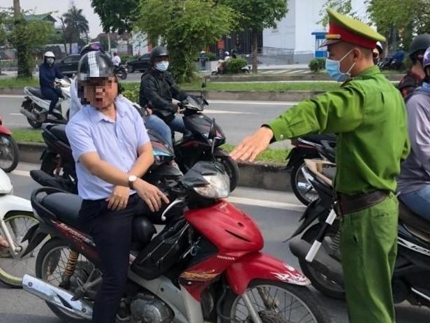 Quận Nam Từ Liêm xử phạt nhiều trường hợp không đeo khẩu trang nơi công cộng