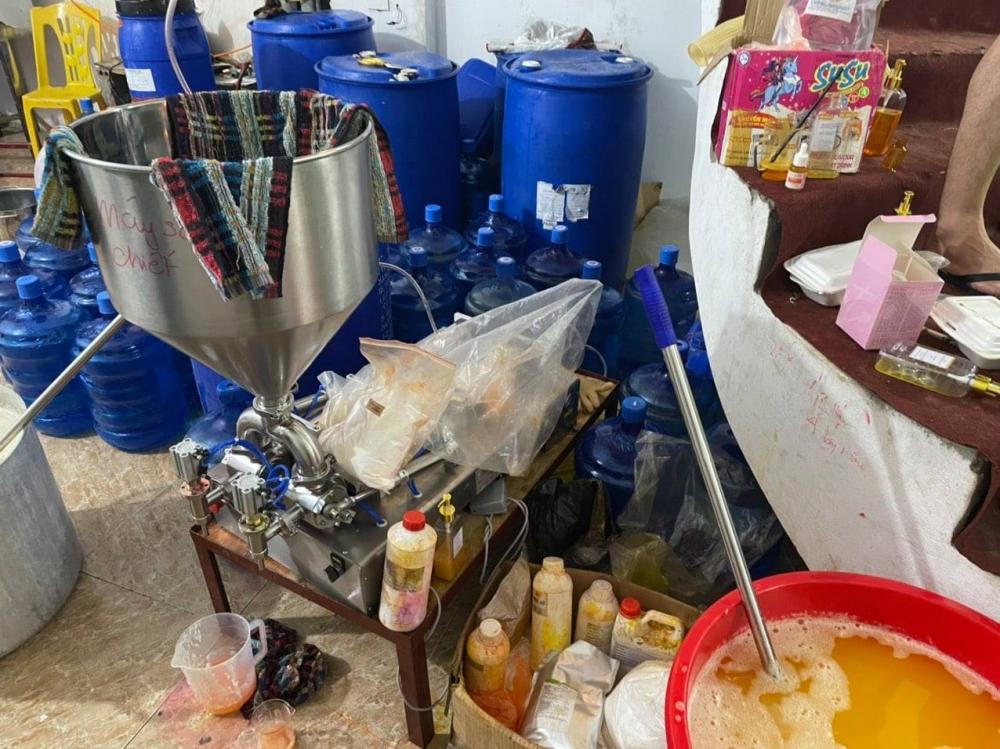 Thu giữ hàng nghìn chai nước hoa, mỹ phẩm được pha chế, đựng trong các xô, chậu