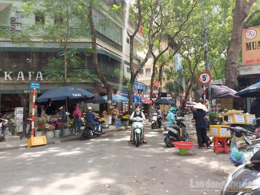 Chợ cóc, chợ tạm, trà đá vỉa hè vẫn ngang nhiên hoạt động bất chấp lệnh cấm