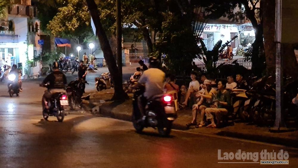 Phớt lờ cảnh báo, nhiều người vẫn ngang nhiên tụ tập trên cầu Long Biên