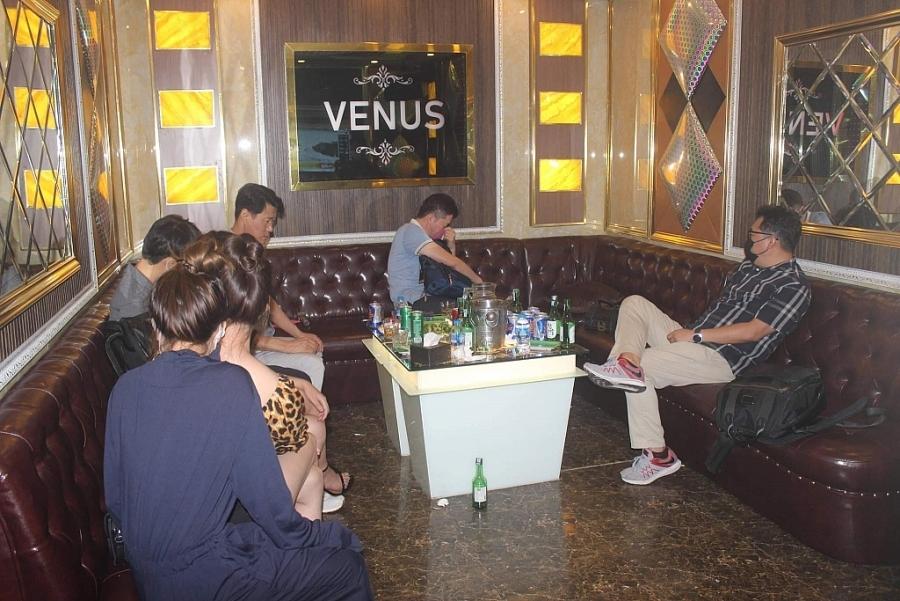 Phát hiện 2 quán karaoke trá hình cùng hàng chục đối tượng người nước ngoài