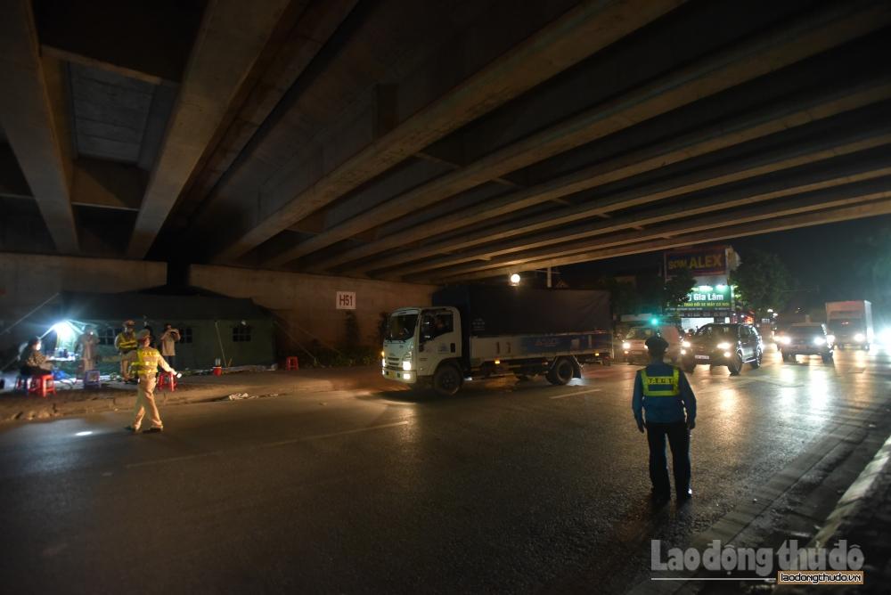 Xuyên đêm bám chốt kiểm soát dịch nơi cửa ngõ Thủ đô
