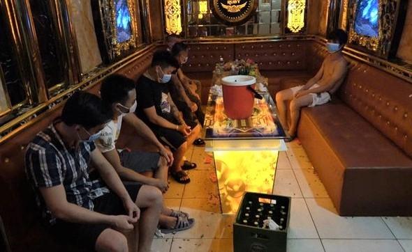 Huyện Mê Linh: Phát hiện một quán karaoke lén lút hoạt động vi phạm quy định phòng, chống Covid-19