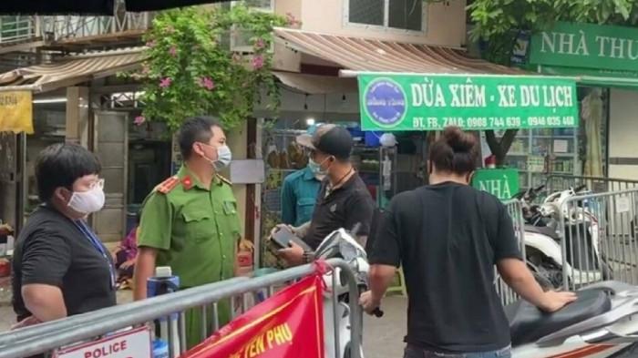 Công an xác minh 2 đối tượng gây rối ở cổng chợ Yên Phụ