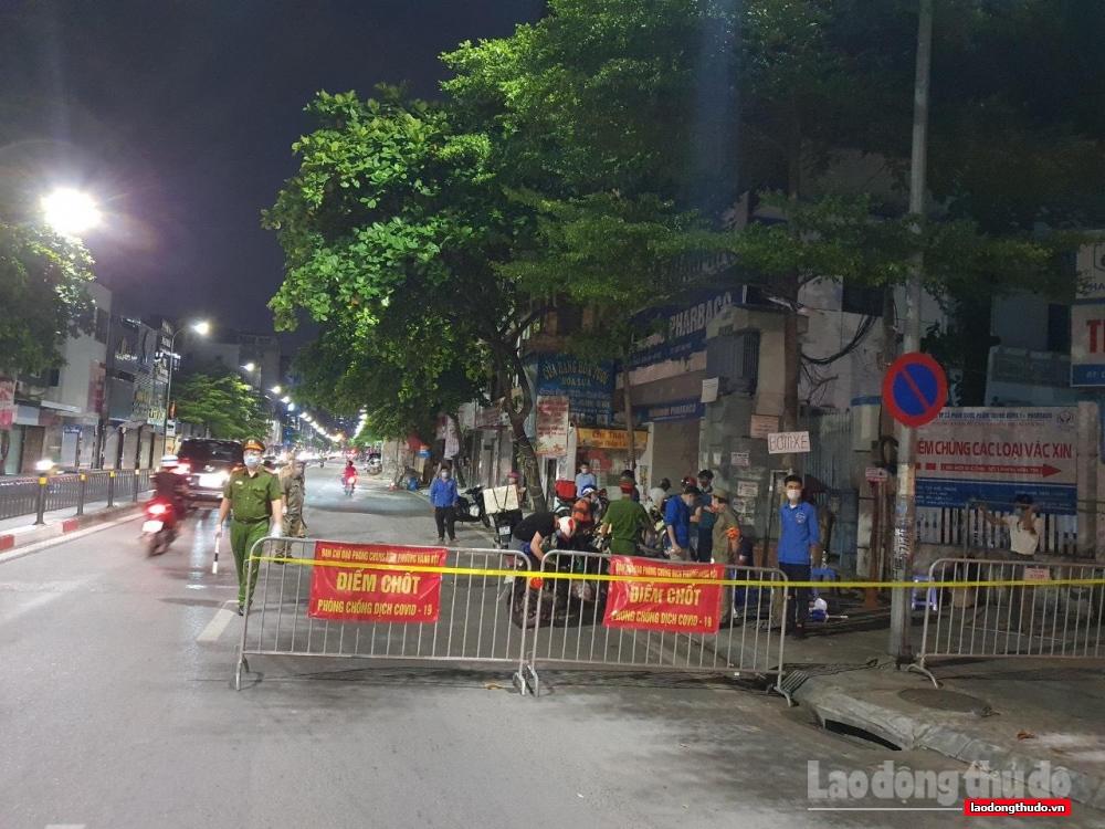 Xuyên đêm bám chốt kiểm soát trên các tuyến đường nội đô