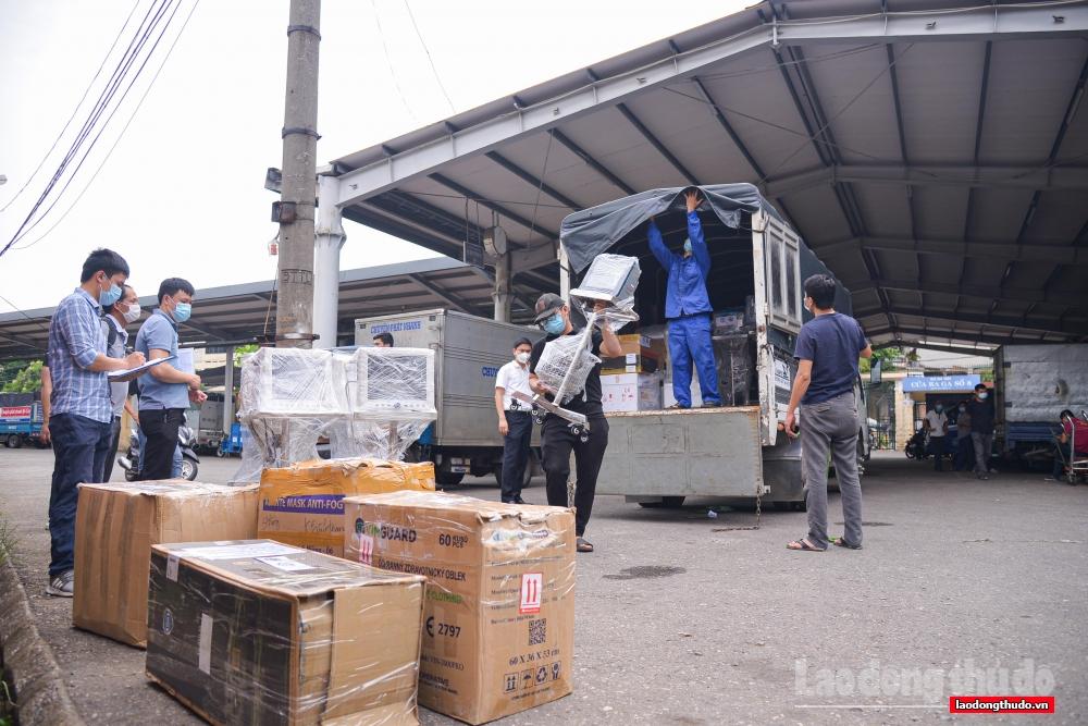 Chuyến tàu đặc biệt mang theo 10 tấn trang thiết bị y tế chi viện cho thành phố Hồ Chí Minh